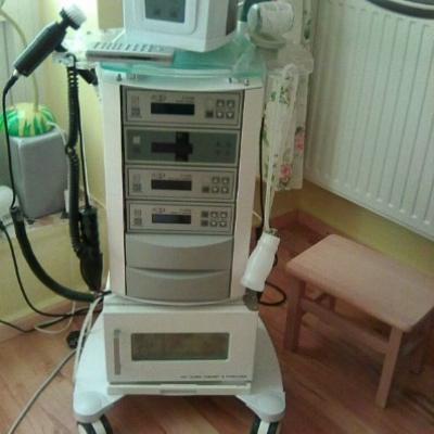 Kosmetikgeräte-Turm mit LED-Lupenleuchte € 990,- - thumb