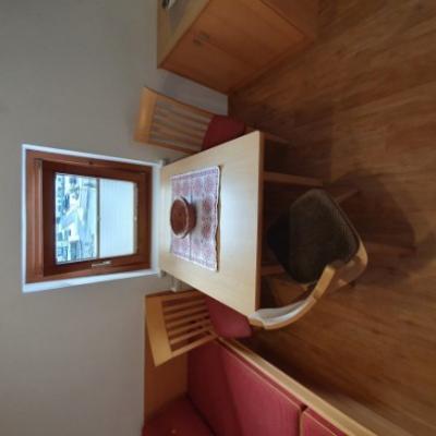 Alte Holztische mit Stühle - thumb