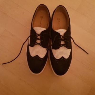 Neue Schuhe, schwarz - weiße Schuhe, Gr. 39 - thumb