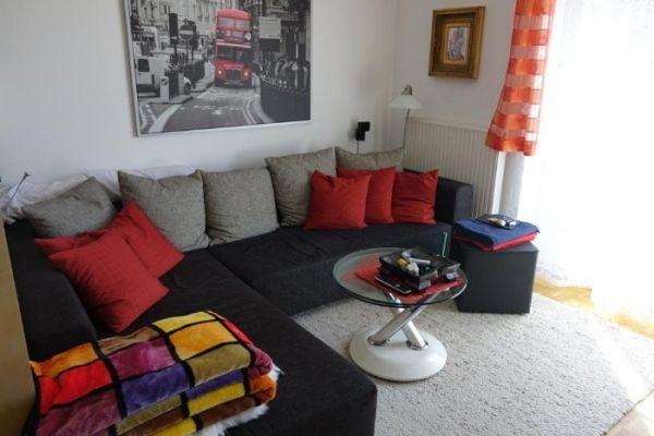 Couch mit Bettfunktion und Couchtisch aus Glas