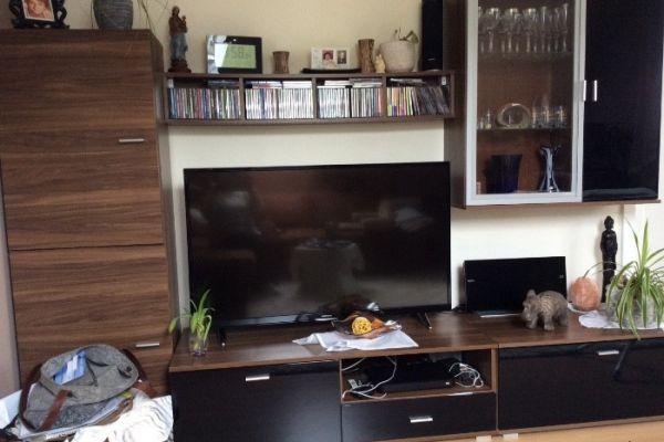 Wohnzimmerschrank, Kommode beides € 260;—