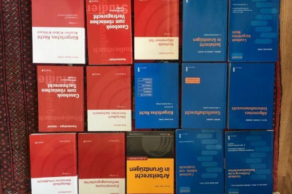 diverse JUS- Bücher aus den ersten Semestern