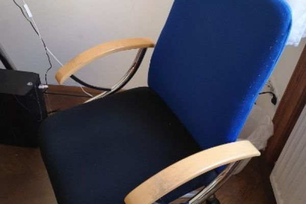 Schreibtischsessel, dreh- u. höhenverstellbar € 20