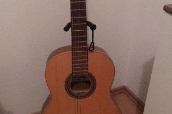 Neuwertige Gitarre