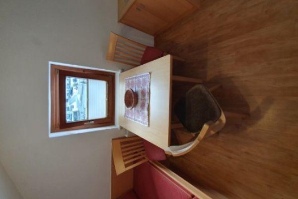 Alte Holztische mit Stühle