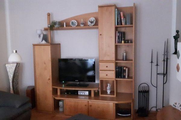 Grüne L. Wohnzimmerwand mit Anrichte