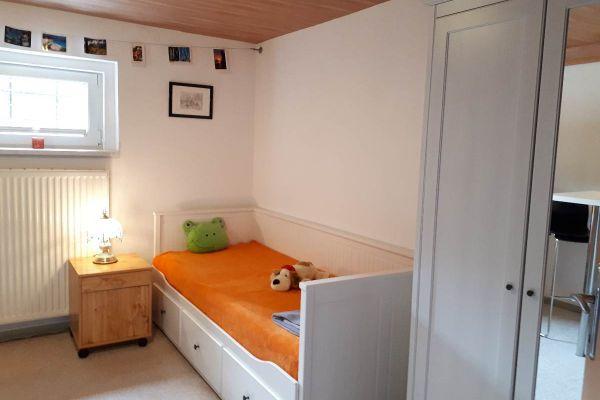 Vermieten Zimmer mit privatem Bad und Küche in Einfamilienhaus