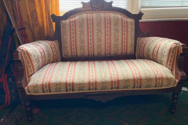 Biedermeier Sofa mit Stuhl